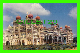 MYSORE, INDIA - MAHARAJA'S PALACE  - TOURIST GUIDE - - Inde