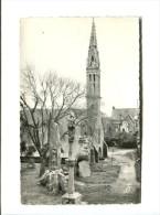 CP -PLOZEVET (29) L Eglise Et Les Monuments Aux Morts - Plozevet