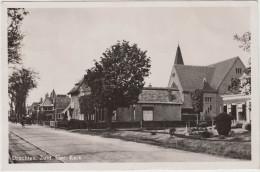 Drachten-Zuid - Ger. Kerk ; Straatscene , Auto, Fiets En Trambaan V.d. Drachtster Tram - 1955 - Holland/Nederland - Drachten