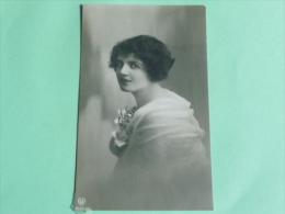 Jeune Femme à La Robe Blanche - Femmes