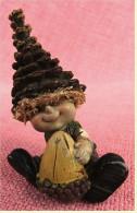 Hartkunststoff-Figur Aus Den 1970er Jahren  -   Junge Mit Zapfenmütze - Personen