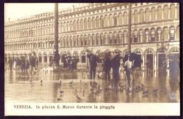 VENEZIA - IN PIAZZA S. MARCO DURANTE LA PIOGGIA - Venezia