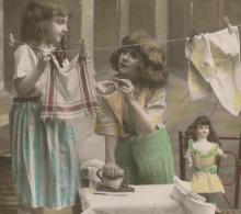 """ENFANTS - LITTLE GIRL - MAEDCHEN - Jolie Carte Fantaisie Portrait Fillettes Avec Fer à Repasser Et Poupée """"LA POUPÉE """" - Portraits"""