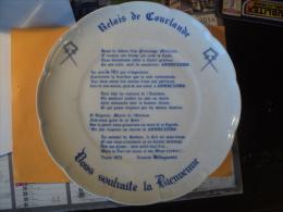 Assiette De Bienvenue RELAIS DE COURLANDE -porcelaine D'art LIMOGES- 1975 Dérriere L'assiette: Porcelaine D'Art Limoges - Autres Collections
