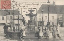 685. HENRICHEMONT (Cher). - Place Henri IV. - La Fontaine - Henrichemont