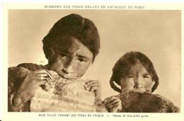 Autres. Deux Filles Esquimaux Tannant Des Peaux De Phoques En Amérique Du Nord , Mission Des Pères Oblats. - Postcards