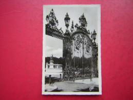 CPSM PHOTO 69  LYON ENTREE DU PARC DE LA TETE D'OR ET MONUMENT DES ENFANTS DU RHONE  VOYAGEE 1952 TIMBRE  FLAMME LYON - Lyon