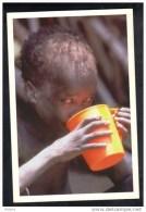 CP Petit Soudanais Bénéficiant D´une Distribution De Nourriture,en 1998.   (207) - Soudan