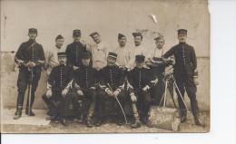 Carte Photo Militaire Sabres Sur Le Col Et Kepi Chiffre   4 - War 1914-18