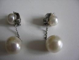 Boucles D Oreille Clips  Fantaisie En Métal Blanc ( Argent ? ) Et Perles Fantaisie Bel Article Et  TBE - Earrings