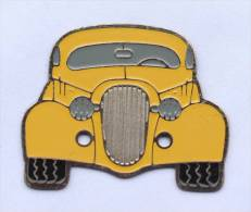 Pin's  VOITURE JAUNE - Vue De L'avant - Type Année 50/60  - D290 - Otros