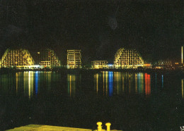 LA GRANDE MOTTE - Le Port Et Les Immeubles Pyramidaux, Vus De Nuit - Francia