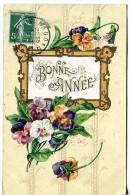 Bonne Année - Carte Gaufrée Avec Composition Florale Avec Des Pensées - Nouvel An