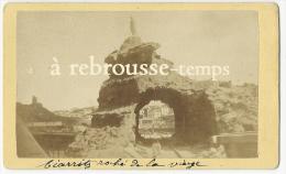 Photo Ancienne-CDV Vers 1880-Biarritz, Rocher De La Vierge-photo Edmond 64 Rue Bourg Neuf à Bayonne (tampon Au Dos) - Places