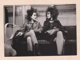 D54071 Postcard 4x6 On The London Underground, Photo: Geoffrey Stern 1982, Punk Girls, Out Of Print , Unused - Autres Photographes