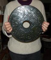 Superbe BI Asiatique En Pierre Dure : 30 Cm De Diamètre Et Son Socle - BI HARD STONE - Art Asiatique