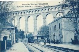 CPA 13 ROQUEFAVOUR LA GARE Et L´AQUEDUC PUB OXYGENEE CUSENIER ABSINTHE - Gares - Avec Trains