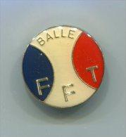 570 - INSIGNE FFT FEDERATION FRANCAISE DE TENNIS BALLE BLEU BLANC ROUGE 30 MM - Apparel, Souvenirs & Other