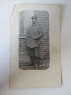 AK / Fotokarte Soldat In Uniform 1. Welkrieg Koppel / Schlagstock - Personajes