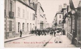 MOULINS 11 RETOUR DE LA REVUE DU 14 JUILLET (FANFARE MILITAIRE ET CIVILS) - Moulins