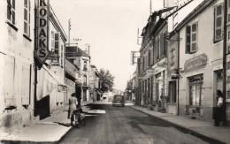 CPSM   -  VARENNES - Sur - ALLIER   (03)   Rue Claude - Labonde   -  La Poste  ( Pompe à Essence SHELL ) - France