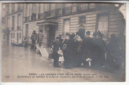 INONDATIONS DE PARIS Janvier 1910 ( CRUES DE LA SEINE ) Rue De Constantine : Ravitaillement Des Habitants - CPA - Alluvioni Del 1910