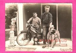 Jeunes Garçons Et Mobilette Flambant Neuve, Chien, Boxer - Années 50 -Young Boys And Brand New Mobilette - Personnes Anonymes