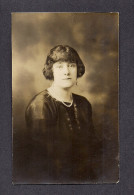 REAL PHOTO CABINET - VRAIS PHOTO - POSTCARD - AROUND 1910 - 1920 - JOLIE DEMOISELLE - PHOTO PAR INSTITUT FRANCO BELGE - Photographie