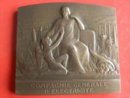 Médaille En Bronze - Compagnie Generale D'electricité - Coffret Bois - E. BLIN - 196,48 Grs - 72 X 65 Mm - Profesionales / De Sociedad