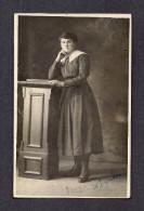 REAL PHOTO CABINET - VRAIS PHOTO POSTCARD - AROUND 1910 -1920 - TRÈS SÉRIEUSE ET JOLIE - Photographie