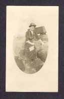 REAL PHOTO CABINET - VRAIS PHOTO POSTCARD - AROUND 1910 -1920  JOLIE DAME PRÈS D'UN CHEMIN DE FER  SUR DE GROSSES ROCHES - Photographie