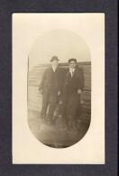 REAL PHOTO CABINET - VRAIS PHOTO POSTCARD - AROUND 1910 -1920 - 2 COMPAGNONS DANS UNE COUR À BOIS - Photographie