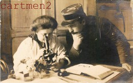 BELLE CARTE PHOTO : MEDECIN ET MILITAIRE AU MICROSCOPE SCIENCE SANTE MEDECINE CHERCHEUSE Marie Curie ? - Santé