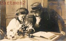 BELLE CARTE PHOTO : MEDECIN ET MILITAIRE AU MICROSCOPE SCIENCE SANTE MEDECINE CHERCHEUSE Marie Curie ? - Health