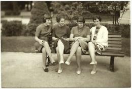 Ancienne Photo N&B Amateur Extérieur 4 Jeunes Femmes Banc Public Jolies Jambes Lausanne Suisse Tirage Argentique 1966 - Anonyme Personen
