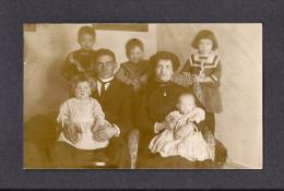 REAL PHOTO CABINET - VRAIS PHOTO POSTCARD - AROUND 1910 -1920 - PHOTO D'UNE FAMILLE - Photographie