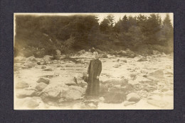 REAL PHOTO CABINET - VRAIS PHOTO POSTCARD - AROUND 1910 -1920 - PRÊTRE POSÉ AU BORD D´UNE RIVIÈRE - Photographie