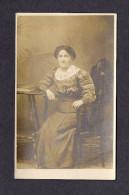REAL PHOTO CABINET - VRAIS PHOTO POSTCARD - AROUND 1910 -1920 - UNE GRAND'MÈRE - PHOTO CREST RUE ST JEAN QUÉBEC - Photographie