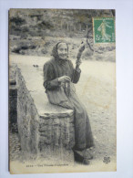 LES  PYRENEES  :  Une  FILEUSE  D'autrefois  - Francia