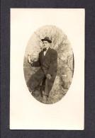 REAL PHOTO CABINET - VRAIS PHOTO POSTCARD - AROUND 1910 -1920 - PHOTO D'UN HOMME MONTRAND UNE BOUTEUILLE - Photographie