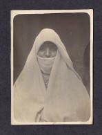 REAL PHOTO - VRAIS PHOTO POSTCARD - FEMME VOILÉE - CETTE CARTE VIENT D´EUROPE - CARTE ANCIENNE - Photographie
