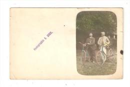 Photo Sur Carte : 2 Hommes Tenant Un Vélo ( Légèrement Colorisée ) : Carte 14/9 Cm : Photo : 8 / 5 Cm - Fotografia