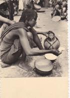 TCHAD EN 1965,N JAMENA,FORT LAMY,SAHEL AFRICAIN,afrique,africa,1 957,m�tier,vendeur,vendeu se de lait,pesage