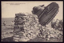 WWI WW1 War  Grande Guerre 1914/18  CPA Char D´Assaut Franchissant Un Mur Devant L´Infantarie. Old Postcard - Guerre 1914-18
