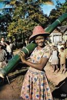 CARTE POSTALE COULEUR ORIGNALE MODERNE : MADAGASCAR ; TANANARIVE ; JEUNE FILLE PORTEUSE D'EAU - Madagascar