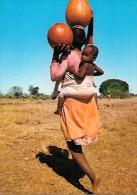 CARTE POSTALE COULEUR ORIGNALE MODERNE : MADAGASCAR ; JEUNE FEMME ET ENFANT PORTEUSE D´EAU DANS LE SUD - Madagascar