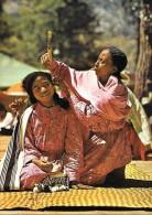 CARTE POSTALE COULEUR ORIGNALE MODERNE : MADAGASCAR ; HAUTS PLATEAUX ; FEMMES DE L'IMERINA ; SEANCE DE COIFFURE - Madagascar