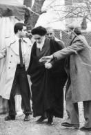 Photo Originale De Presse - L´ayatollah  KHOMEINY  à  NEAUPHLE-le-CHATEAU 1979 , Lire Texte - Famous People