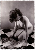 NU FEMININ Avec Journal, édit. LEDA, Cliché C.PRE (grand Format 10,5cm X15cm, Glacé, Dos Blanc) - Nus Adultes (< 1960)