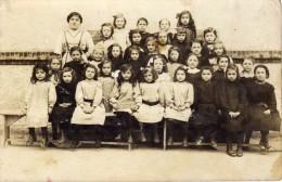 Ecole - Enfants - Institutrice- Classe De Fille - Puiseaux - 5/11/1913 -Photo-Carte - Société Des Produits As De Trèfle - Photographie